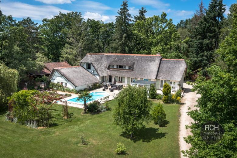 Photos du bien : Exclusivité – Les Essarts-le-Roi «lieu dit Saint Hubert» – Magnifique chaumière avec piscine dans un superbe environnement